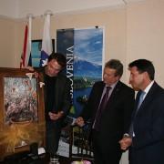 Primoz Kozmus presenting a painting to Lord Sebastian Coe.
