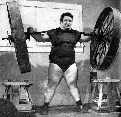 Paul_Anderson,_durante_lo_squat_con_una_ruota_di_carro